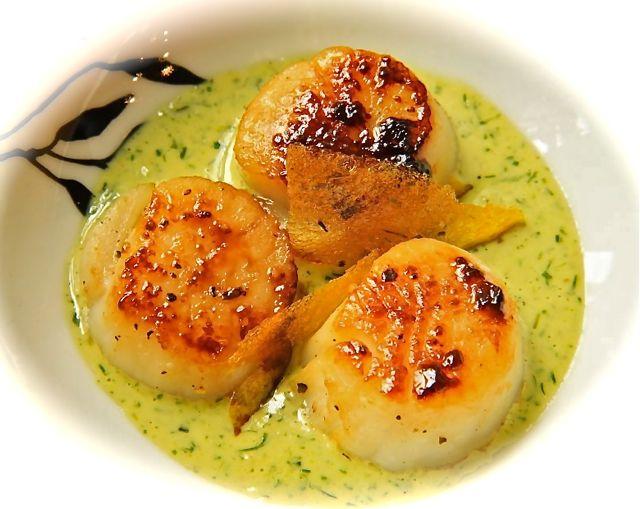 Vieiras com crocante de manga ao aroma de capim santo Creme de coco e ervas ao curry verde