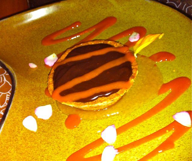 Tortinha de farinha de caju com chocolate cremoso, geleia de bacuri e calda de pitanga