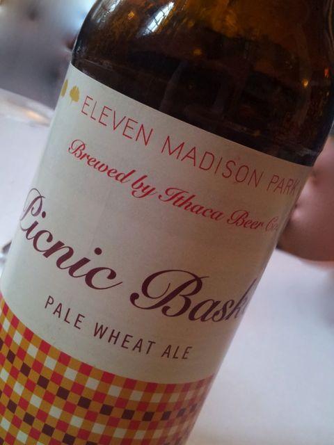 Na cesta vem essa garrafa de cerveja chamada Pic Nic feita especialmente, pode?!!!