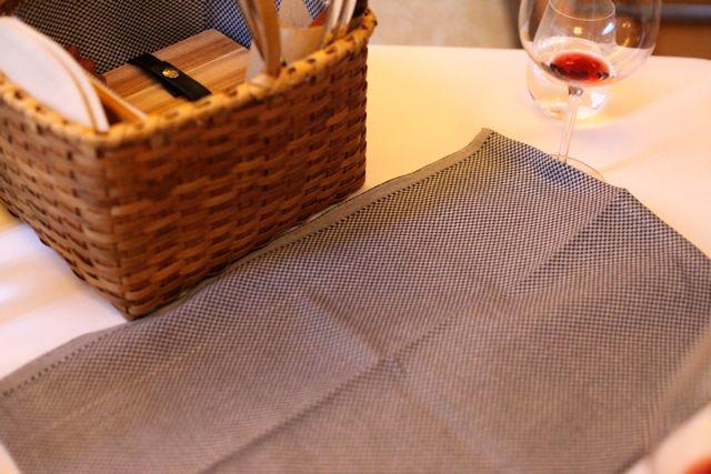 Abre a toalha de Pic Nic sobre a mesa