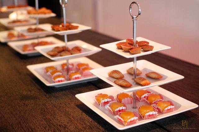 Café Quindim . Madeleine Petit Four de Chocolate e Cupuaçu Quadradinho de Damasco Financier de Café