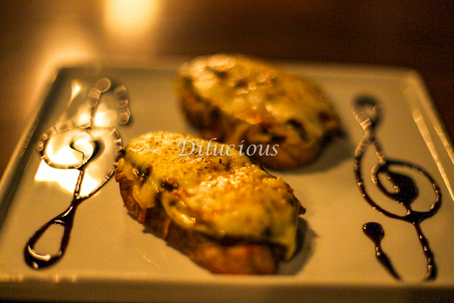 Bruschetta alla Parmigiana (berinjela, molho de tomates e mozzarella de búfala)