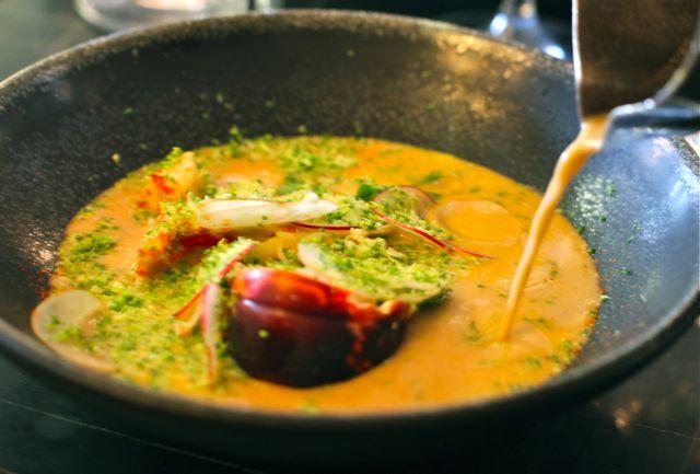 Bouillon de homard comme une bisque Vermicelle au gingembre radis coriandre, râpée de brocolis