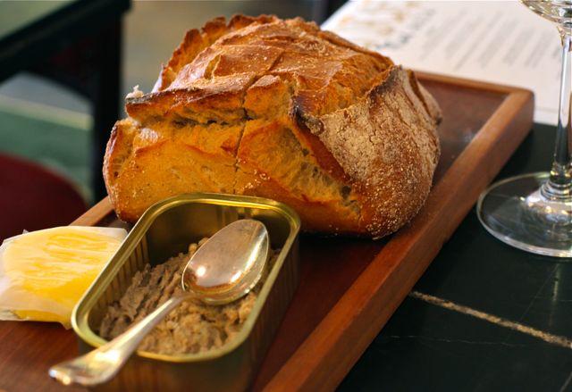 Sardinha, manteiga e pão. Tudo de bão!
