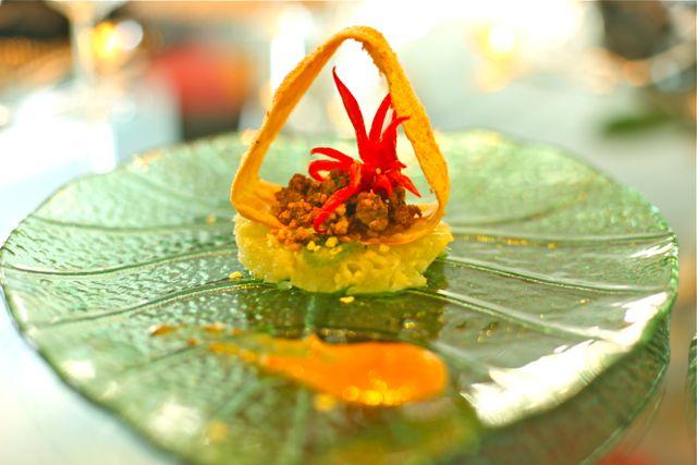 Triangulo crocante com especiarias Abacaxi Petillant Lombo Thai . Molho de cupuaçu