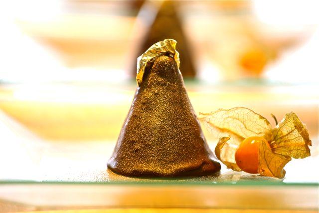 Torre de maracujá com chocolate e folha de ouro