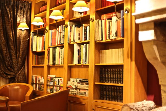 Ao lado da lareira, a biblioteca! Tudo de lindo!