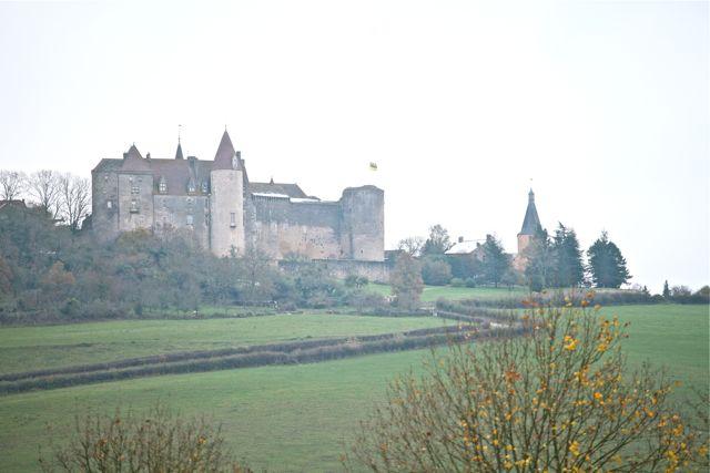 O chateau visto da estradinha