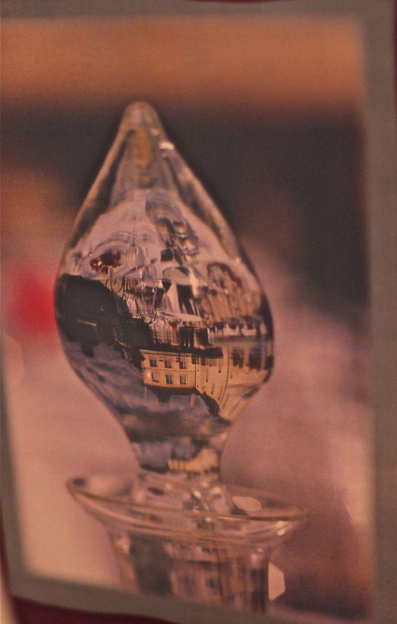Aproveito essa linda imagem do Chateau de Gilly refletida na tampa de uma garrafa de vidro para desejar a todos um FELIZ NATAL!