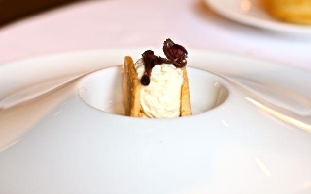 Croustillant de Brillat Savarin à la compote d'oignons doux et groseilles E aparece essa variação sobre o emsmo tema: queijos
