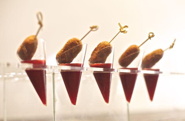 Croquete de linguiça trufada com Sopinha gelada de morango