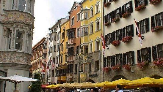 3724094-The_left_side_of_Herzog_Friedrich_Strasse_Innsbruck