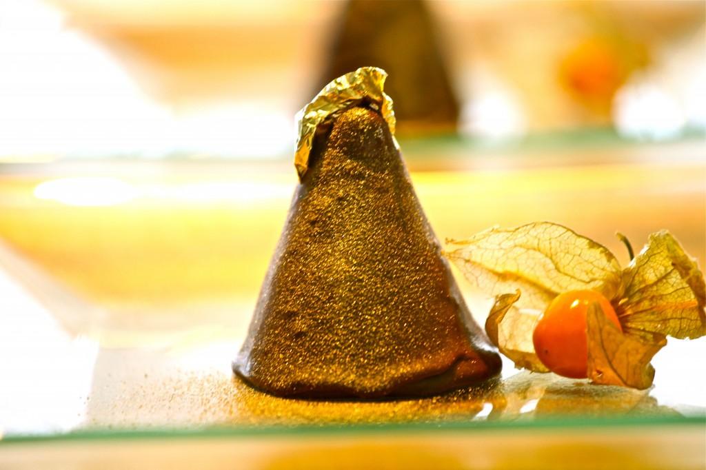 Cone de maracujá com capa de chocolate