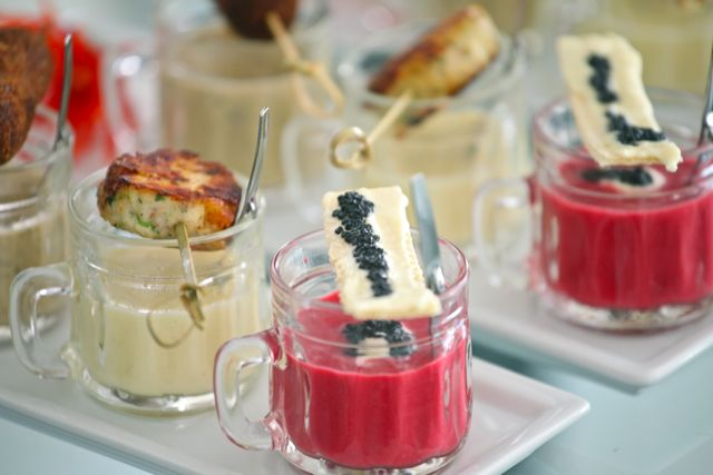 SINFONIA DE SOPAS Borscht com Creme azedo e Caviar . Lâmina de Chocolate branco e Caviar Mousseline de Batata . Blinis de Frango Espuma de Champignon com Mostarda de Cremona . Croquete de Picanha