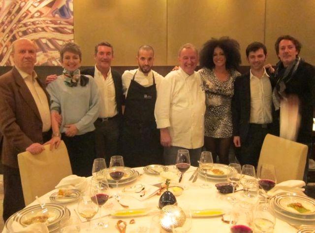 Nosso grupo e o chef com o seu fiel sub-chef que tanto nos aguenta nas aulas