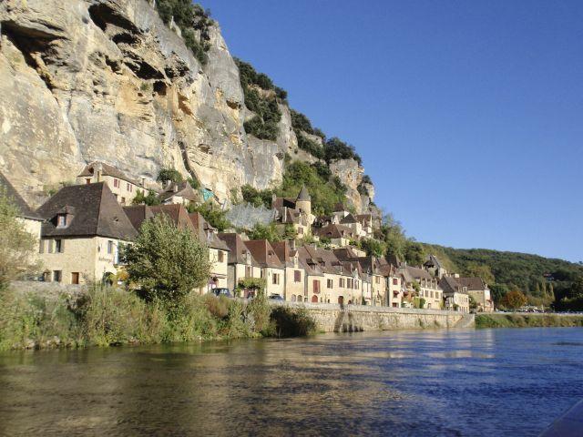 Muito bem implantada na encosta das falésias íngremes do Rio Dordogne