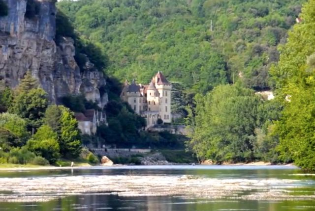 Nas margens do Dordogne avista-se o Chateau de la Malartrie, construção estilo renascentista do século XIX