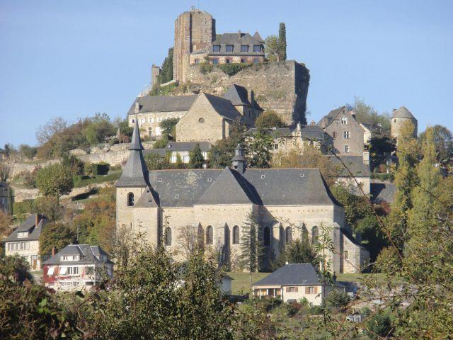 Turenne caracteriza-se por sua altura e posição privilegiada no topo de um penhasco.  É uma das mais belas aldeias da França