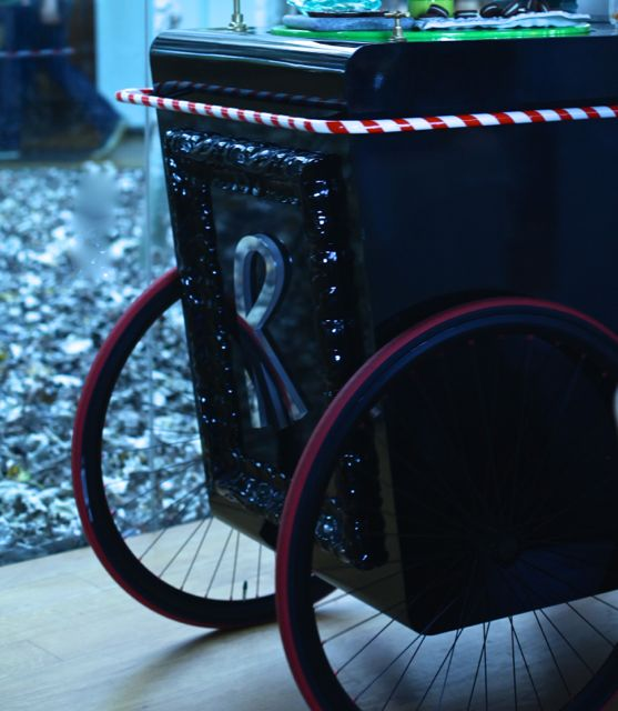 Para evocar uma viagem ao País das Maravilhas, Jordi Roca criou seu Roca on Wheels, carrinho cheio de surpresas e iguarias doces.