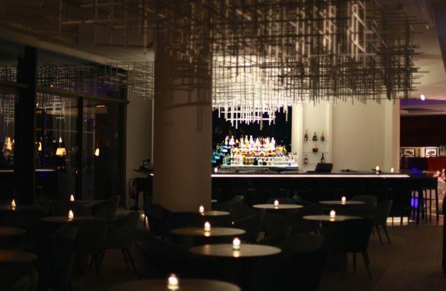 Tomamos um drink no bar antes de passarmos para a mesa