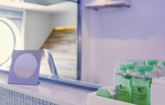 Camas king size, lençóis de fios egípcios e amenities de banho da marca Bvlgari.
