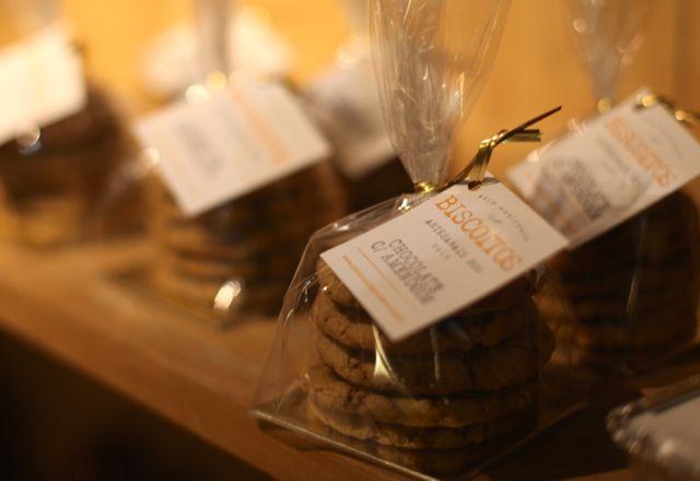 Como se não bastasse... Quisemos provar os biscoitos... Amanteigados, derretendo na boca e com gostinho de céu. Perfeito para um chá, ou os menores para servir como petit fours