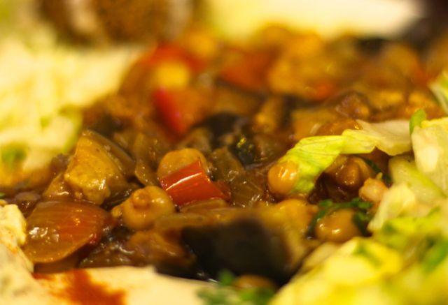 Moussaka Berinjelas ao forno com tomate, cebola, petit-pois e pimentões