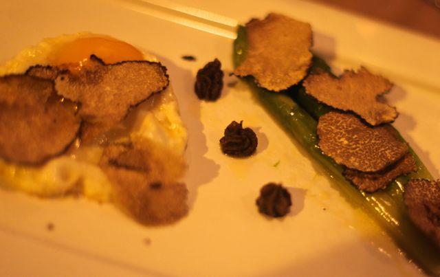 Aspagos e ovo com trufas e trifollato de trufas