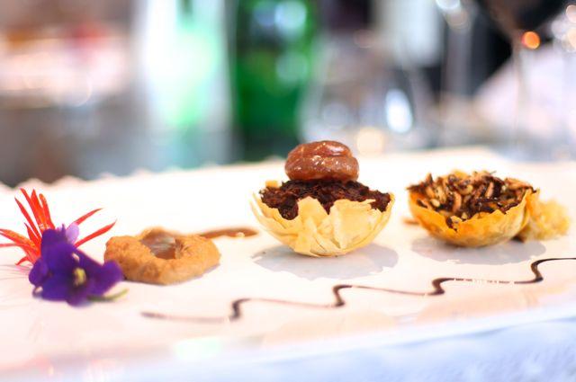 Pato em crosta crocante comMarron-glacé Purê de Châtaignee Arroz selvagem com Pipoca de Arroz Selvagem e Coulis de Limão Siciliano