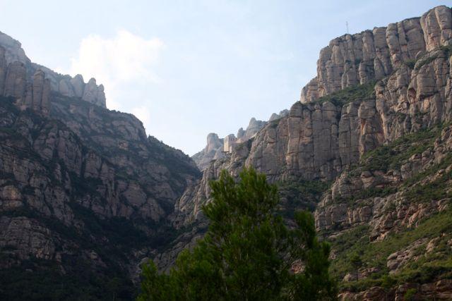 """Aquele pontinho no alto da """"montanha serrada"""" é o mosteiro."""