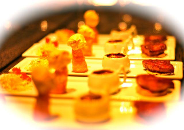 Brotinho de Alfafa Foie Gras sobre Macaron Sorvete de Foie Gras com Farofa de Macaron épicée Creme Brülée de Foie Gras