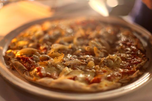 Não deixe de provar a pizza. A nossa foi de queijo de cabra, alcachofra, cebola caramelada, etc