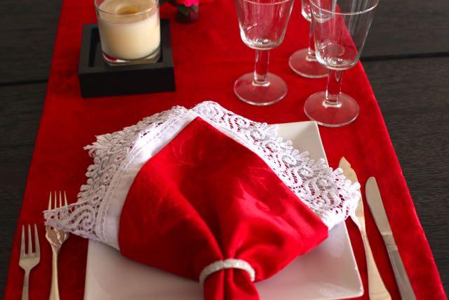 LOOK DO DIA Tête à Têtee Guardanapos vermelhos florais Guardanapos de linho branco com rendaGuipir Porta guardanapos de missangas Tudo COISAS DE MESA- 31 8858.45.28