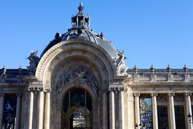 Nem precisa atravessar a Avenida (Avenue Winston Churchill), é só virar e contemplar a beleza do Petit Palais