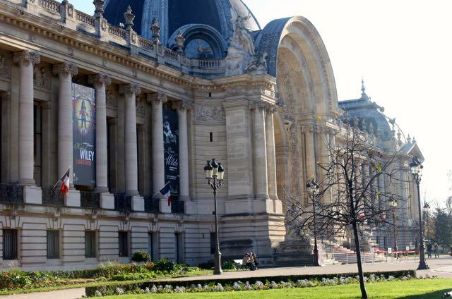 Já no 8e arrondissement, o Grand Palais reflete o gosto pela rica decoração e ornamentação nas suas fachadas de pedra e teto de vidro