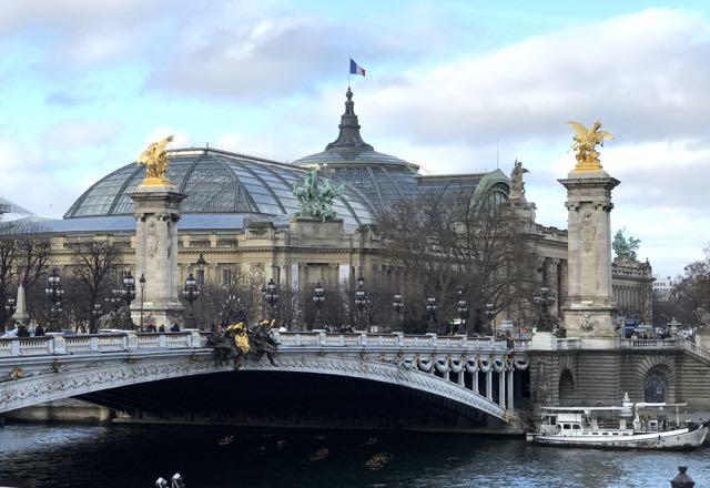 E é o que encontramos 100 passos adiante, o Grand Palais
