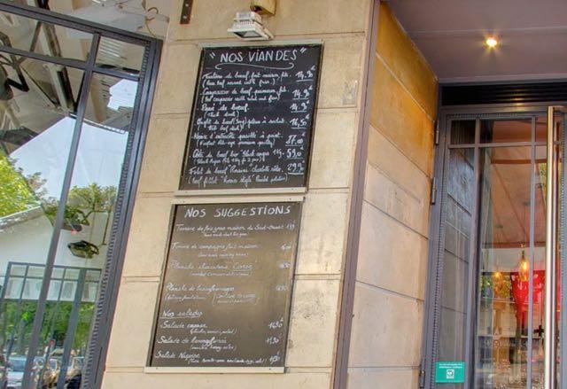 É uma dessas brasseries que, do tipo, tem por todo lado em Paris e imagino, frequentado por locais. Só descobri desta vez, são ótimas e super baratas.
