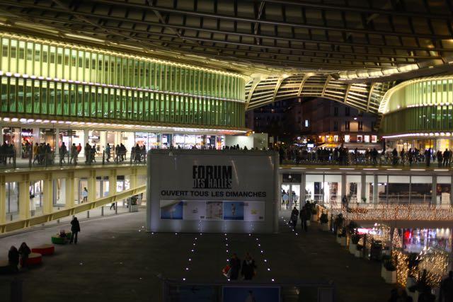Com a revitalização, o Forum des Halles confirma seu status como destino certo para os parisienses e turistas. A estaçãosubterrânea de metrô Châtelet - Les Halles, localizada abaixo do complexo é a maior do mundo.