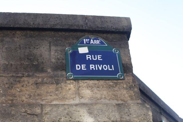 Logo depois, vem a Rue de Rivoli, que margeia o Jardin de Tulerries.