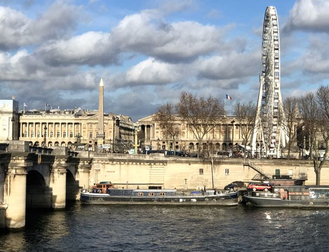 Um navio foi construído especialmente para o transporte, o Luxor. Tinha que ser longo, mas não muito alto, para passar sob as pontes de Paris.