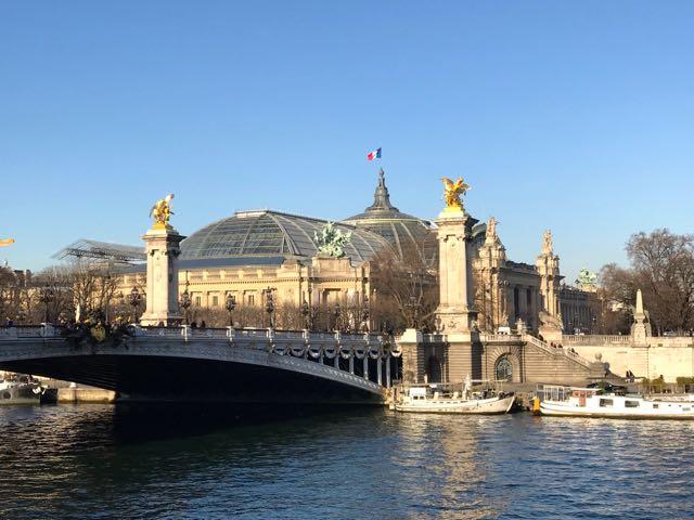 A construção da ponte é uma maravilha de engenharia do século XIX que tem o mesmoestilo do Grand Palais.
