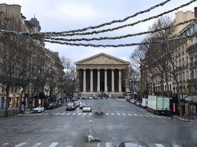 Nessa hora, olhe pra sua direita e veja a Place de la Madeleine. Só olhe, deixe pra visitar em outro dia.