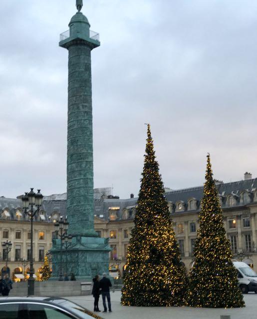 Uns três quarteirões depois, na Rue de Castiglione, olhe novamente pra sua direita. Você vai ver a Place Vendôme, a mais chic de Paris - mas deixe para visitá-la no mesmo dia da Place de la Madeleine.