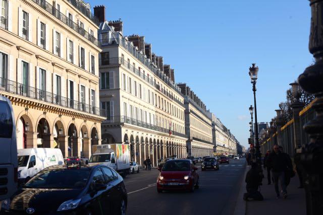 A Rue de Rivoli atravessa o coração de Paris por quase 3 km e, parte dela - entre a Place de la Concorde até o Louvre - é feita de arcadas, deslumbrantes, diga-se de passagem.