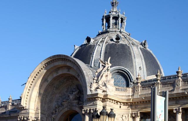 O Petit Palais tem em seu centro um pórtico monumental coroado por uma cúpula. O interior apresenta galerias iluminadas apenas pela luz natural, com o recurso a grandes superfícies vidradas, cúpulas transparentes e uma série de largas janelas, permitindo uma maior integração do interior com o exterior.