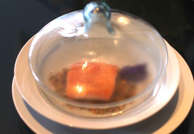 NEW NEW NEW para cobaias chefs Salmão unilateral defumado com Anis estrelado no Sal do Himalaya Farofa de Neston com Praliné de Amêndoa by Paixão